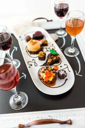 ワインとパティのテイスティング チョコレートとビールとワインのパーティーをペアリングでチョコレート ケーキ。
