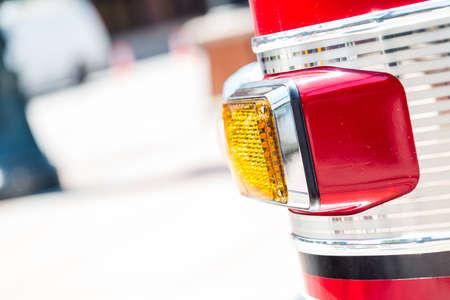 camion pompier: Camion de pompiers stationn� dans la zone urbaine.