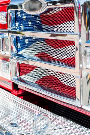 coche de bomberos: Cami�n de bomberos estacionado en zona urbana. Foto de archivo