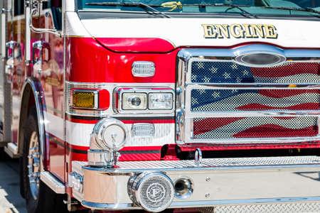 camion pompier: Camion de pompiers stationn� en zone urbaine.