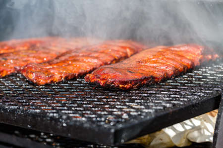 Baby back ribs prepared in smoker. Banque d'images