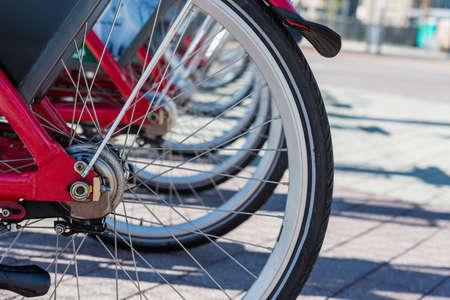 덴버, 콜로라도 시내에서 빨간색 임대 자전거의 행. 스톡 콘텐츠