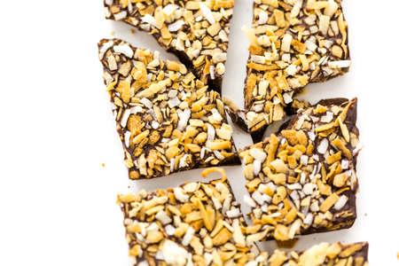 グルメ ココナッツ ブリス チョコレート バー白い背景の上。