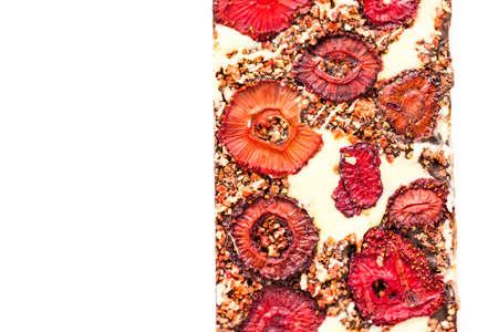 미식가 딸기와 크림 초콜릿 바 흰색 배경에.