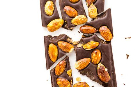 almighty: Gourmet onnipotente barretta di cioccolato mandorle su uno sfondo bianco.