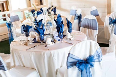 Banquet hall decorated for wedding in white and blue. Фото со стока - 32341510