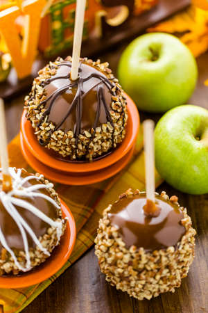 Hand dipped caramel apples decorated for Halloween. Imagens