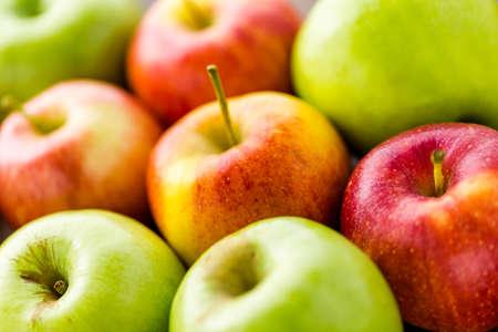 pomme rouge: Main tremp�e pommes au caramel d�cor�es pour Halloween.