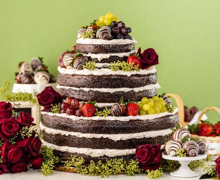 desnudo: Gourmet con gradas de la torta de la boda en la recepci�n de la boda.