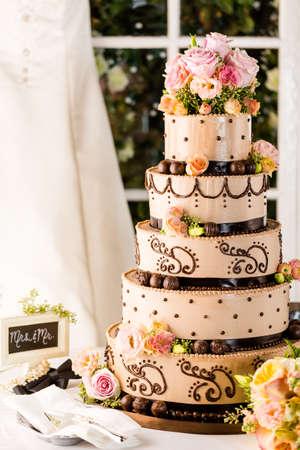 pastel de bodas: Gourmet con gradas del pastel de bodas en la recepción de la boda.