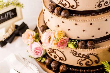 Gourmet tiered bruidstaart op de bruiloft receptie. Stockfoto