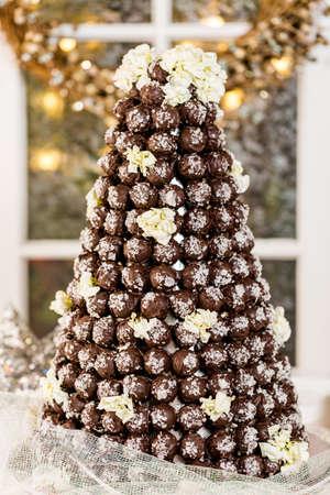 weihnachtskuchen: Gourmet Tr�ffel Kegelhochzeitstorte auf Hochzeitsfeier. Lizenzfreie Bilder