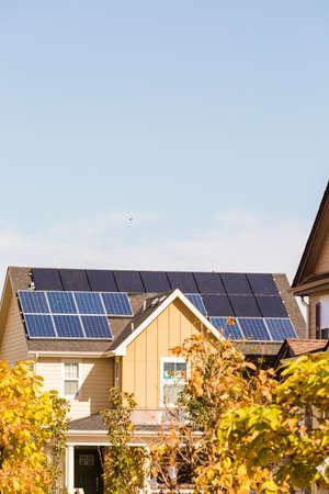 주거 집 지붕에 태양 전지 패널입니다.