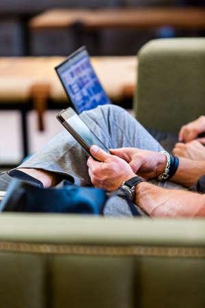 personas leyendo: La gente que lee en tablas a la espera de tren.
