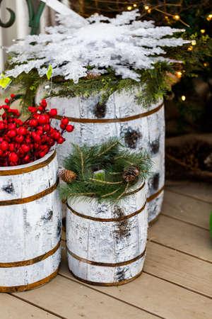 front porch: Porche delantero decorado con copos de nieve para Navidad.
