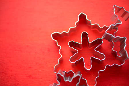 Different size metal cookie cutters in shape of snow flakes. Stok Fotoğraf - 34304037