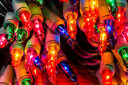Światła: Ciąg wielokolorowe Christmas lights z zielonym okablowania.