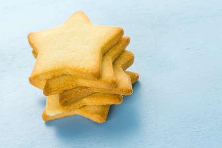 azucar: Galletas de az�car en forma eof estrellas sobre fondo azul.