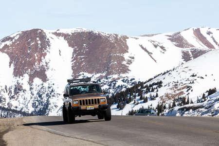 4 wheel: Loveland Pass, Colorado, EE.UU.-15 de marzo de 2015. fin de semana t�pico en Loveland pasan en el d�a de invierno tard�o. Editorial