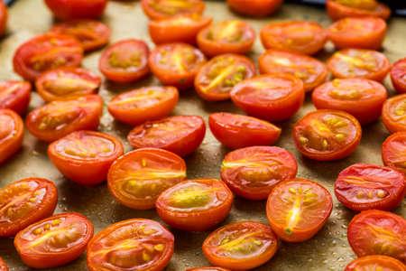 vegetare: Preparing fresh roasted cherry tomatoes.