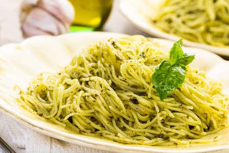 angel hair: Pastas hechas en casa de cabello de �ngel con salsa de pesto y tomates cherry asados.