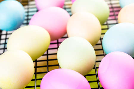 pasch: Painting eggs in pastel colors for Easter.