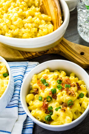 bacon bits: Macaroni and cheese garnished with bacon bits and chives. Stock Photo