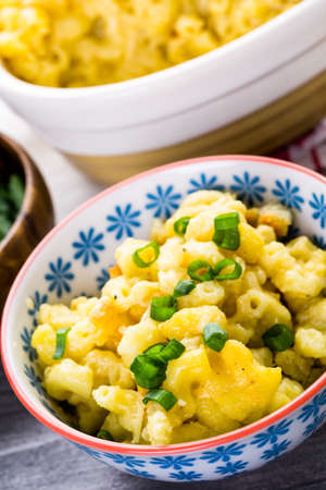vegetare: Baked macaroni and cheese with bead rumbs and garnished with chives.