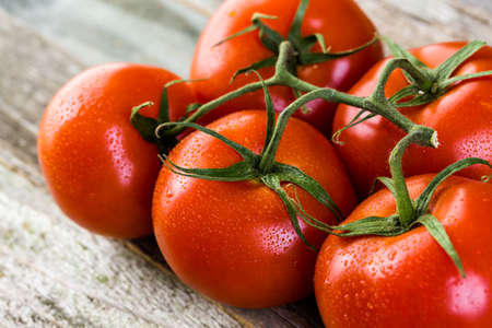Verse biologische groente in seizoen op oude boerderij tafel. Stockfoto