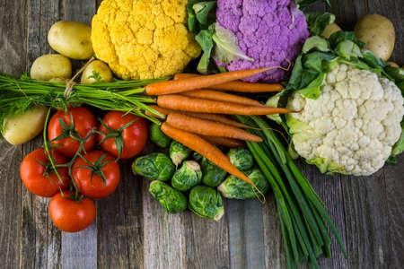 zanahoria: Vegetales orgánicos frescos en temporada en la mesa antigua granja.