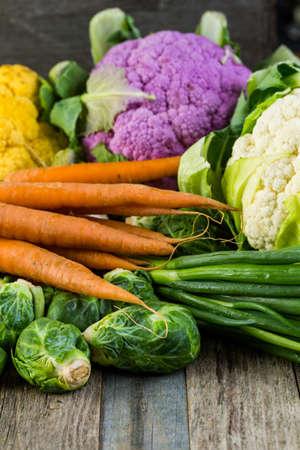 vegetabilis: Fresh organic vegetable in season on old farm table.