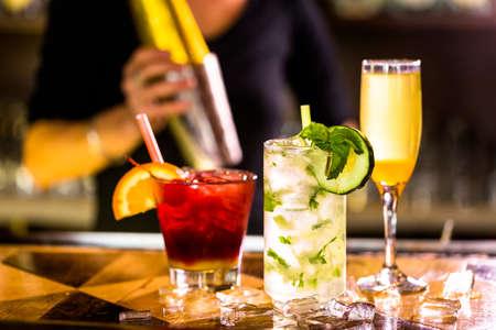 tomando alcohol: Coctel colorido en la parte superior de la barra en el restaurante italiano.