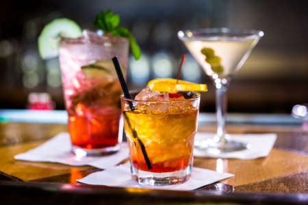 cocteles: Cócteles de colores sobre la mesa de un bar en el restaurante. Foto de archivo