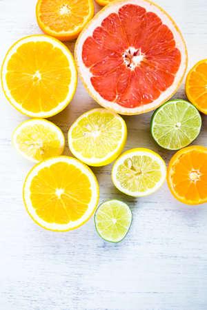 Geschnittene frische Zitrusfrüchte für die Herstellung angereichertes Wasser. Standard-Bild