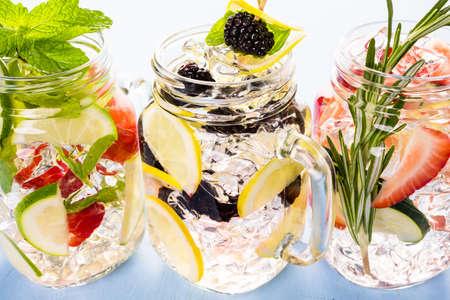 jar: Agua infundida fresca hecha con ccitruses orgánicos y bayas. Foto de archivo