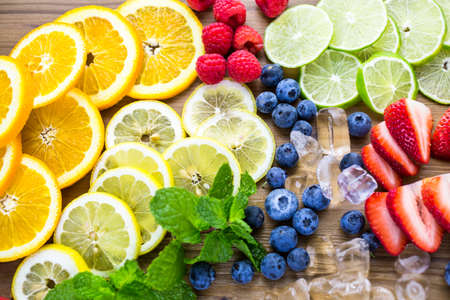 Sliced fresh organic fruits prepared to make infused water. Imagens
