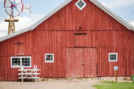 Red old barn on historical farm in Parker, Colorado. Archivio Fotografico