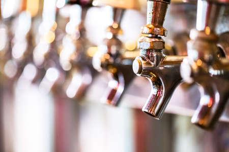 cerveza: Cierre de l�neas de cerveza de cerveza de barril en el restaurante. Foto de archivo