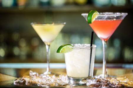 cocteles: Variedad de cócteles en el bar.