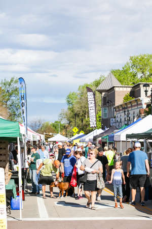 Parker, Colorado, USA-May 31, 2015. Summer farmers market on Main Street in Parker, Colorado. 新闻类图片