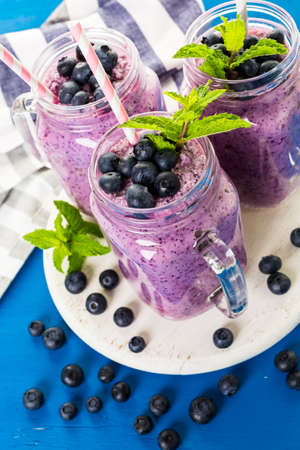 yogurt plain: Frullato blueberrie fatto con mirtilli biologici freschi e yogurt.
