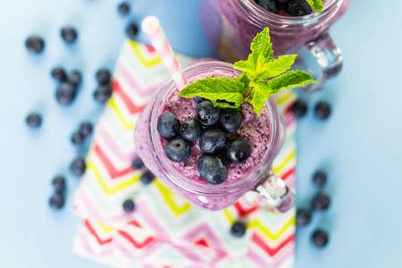 yogurt natural: Batido Blueberrie hecho con arándanos orgánicos frescos y yogur natural.