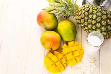 frutas tropicales: Ingredientes frescos en la mesa para hacer licuado con frutas tropicales.