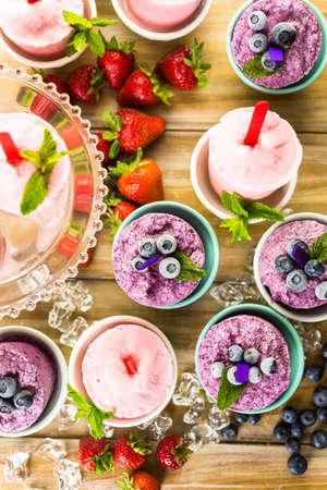paletas de hielo: Ar�ndanos y fresas paletas caseras hechas en vasos de pl�stico.