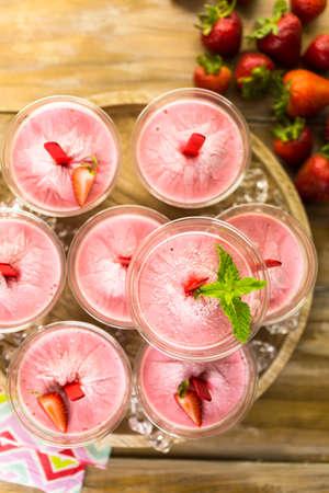 paletas de hielo: Paletas de helado de fresa caseras hechas en vasos de plástico. Foto de archivo