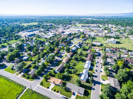 コロラド州レイクウッドの住宅街の空撮。 写真素材