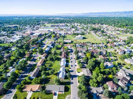 aerial: Vista aérea de la zona residencial y en Lakewood, Colorado.