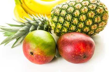 Biologisch tropische vruchten op een witte achtergrond.