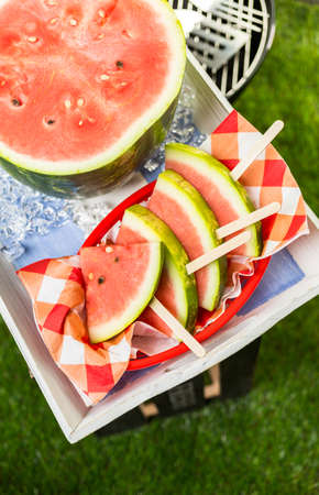 Yummy watermelon slice icepops for refreshing treat at the summer picnic. Imagens - 42021421