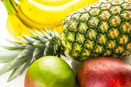 frutas tropicales: Frutas tropicales org�nicas en un fondo blanco.